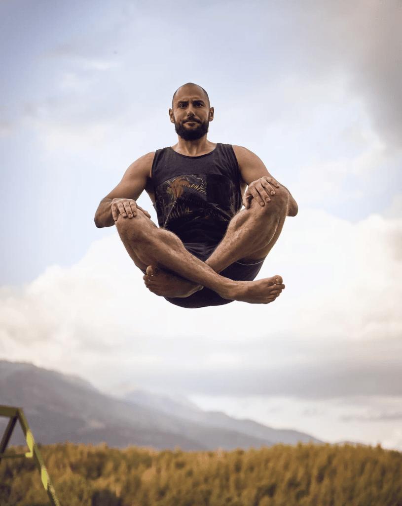 от Xplora прави въздушна йога на вила Айя