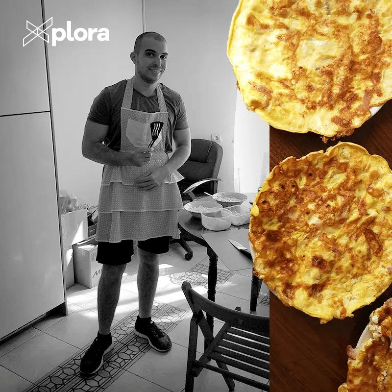 приготвя палачинки за екипа на Xplora